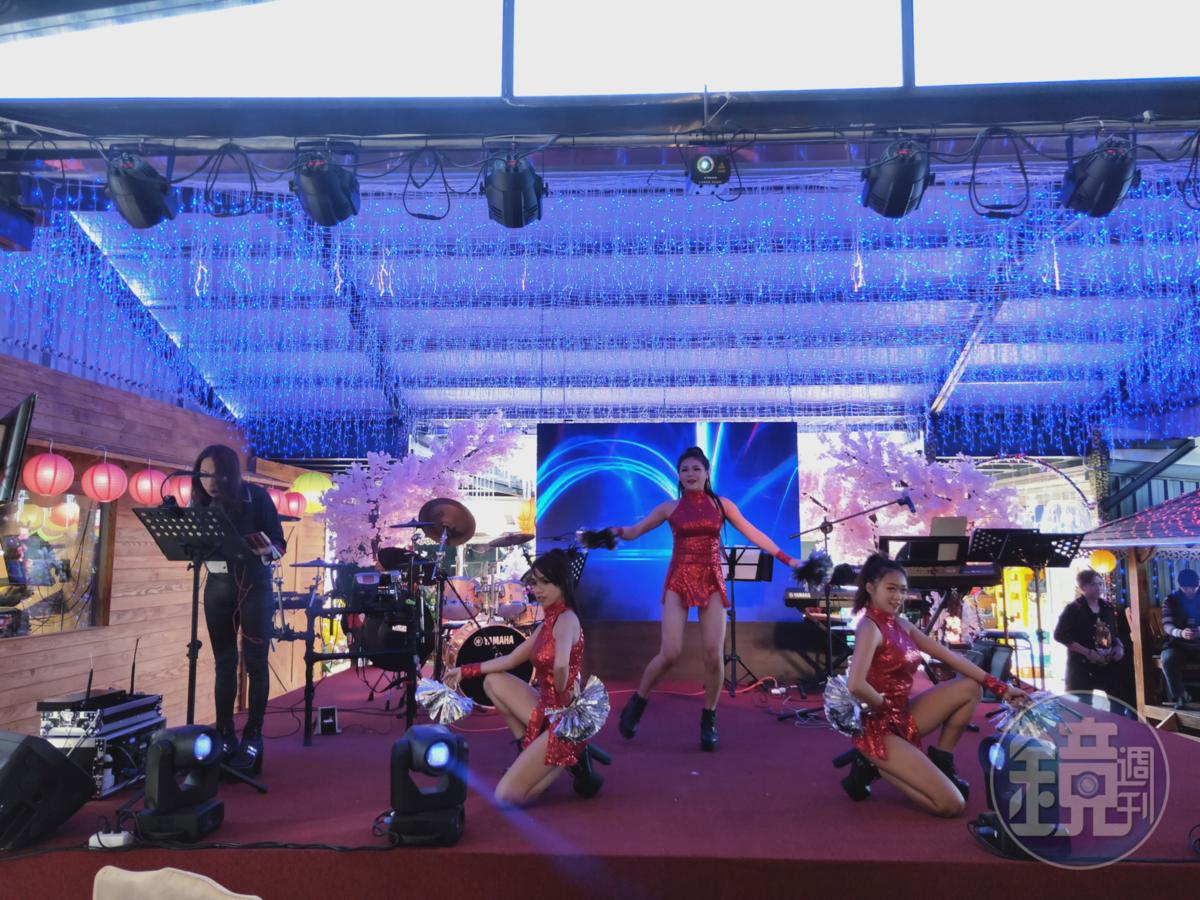 餐廳前方搭設表演舞台,開幕後將有許多藝人固定前來表演。
